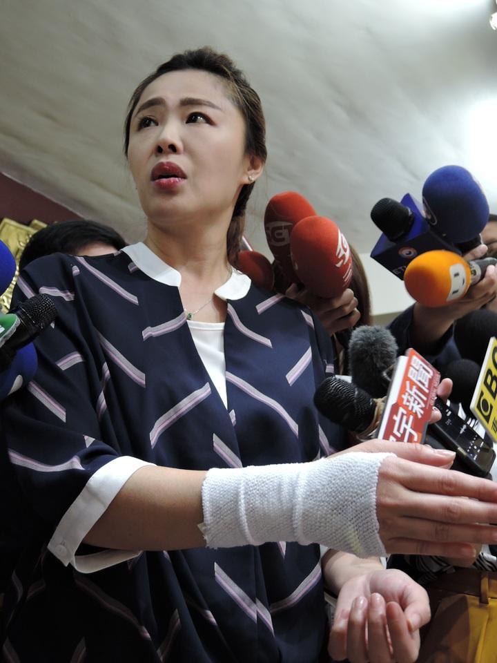李婉鈺說她的手是與選民握手,握到手腕發炎 。記者陳珮琦/攝影