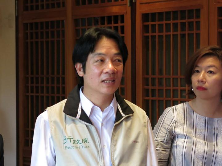 行政院長賴清德(左)今天下午在中興新村表示,一例一休會調整,兼顧勞資雙方權利。記者黑中亮/攝影