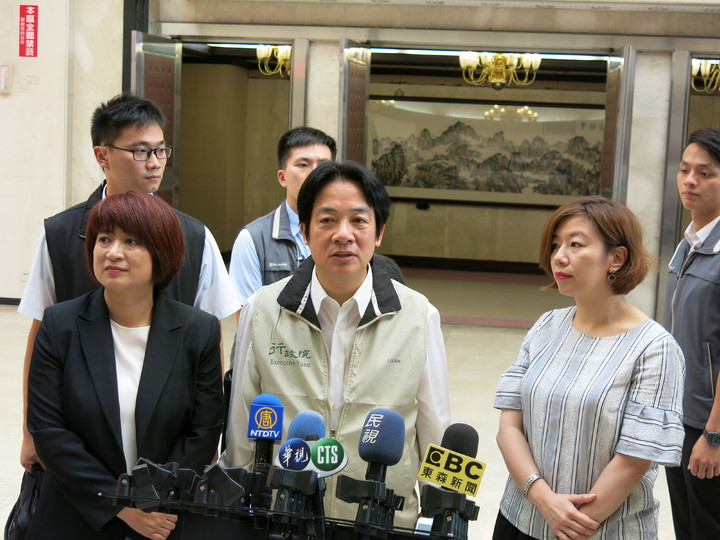 行政院長賴清德(前中)今天下午在中興新村表示,一例一休會調整,兼顧勞資雙方權利。記者黑中亮/攝影