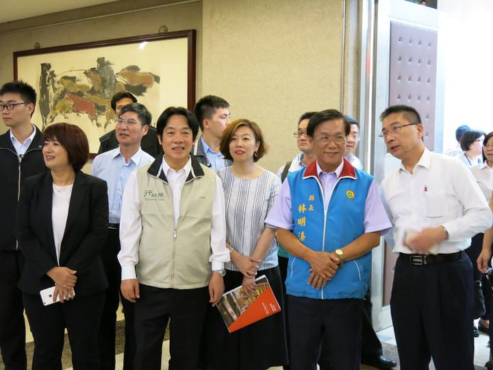 行政院長賴清德(前排左二)今天下午在中興新村表示,一例一休會調整,兼顧勞資雙方權利。記者黑中亮/攝影