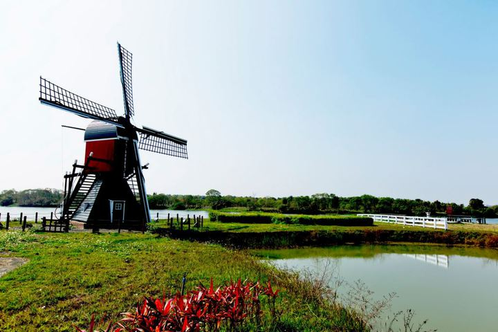 德元埤舉辦風車節,荷蘭村奇遇記加上水域遊憩體驗,繽紛的風車展吸引眾多親子家庭,每日約有7千到8千次到訪。圖/南市觀旅局提供