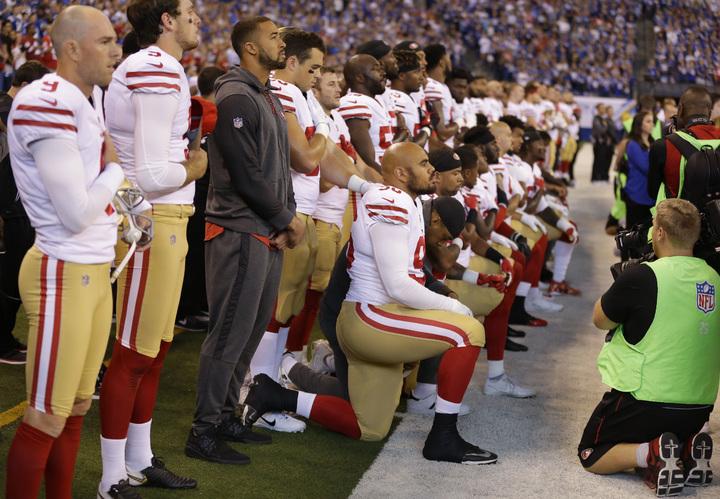 美式足球聯盟印城小馬隊(Indianapolis Colts)8日在主場印第安納波里斯迎戰客隊舊金山49人隊,奏國歌時,印城小馬隊球員手挽著手站著,但有超過20名舊金山49人隊球員再度跪地,當時在場的美國副總統潘斯離場。(美聯社)