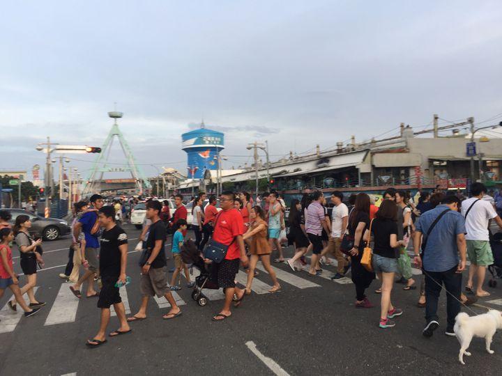 國慶連假嘉義縣布袋港湧入大批遊客人潮車流。記者魯永明/攝影