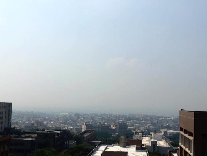 靜宜大學一名老師昨天從大肚山往火力發電廠方向空拍,一片霧茫茫,她在臉書上分享:「霾多到連中火的棒棒糖都不見了!」圖/讀者提供