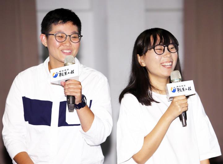 「百分百純汙水冰棒」團隊洪亦辰(左)與郭怡慧(右),分享她們走訪全台一百個水源地所見所感。記者杜建重/攝影