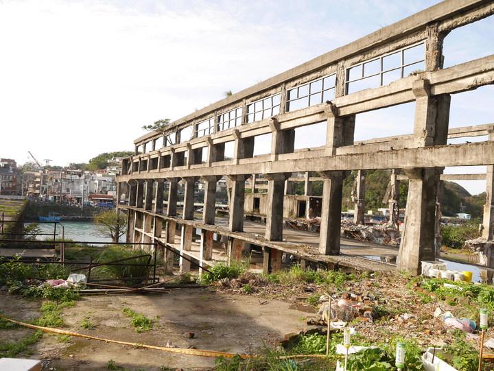阿根納造船廠去年業者無預警拆除,市府緊急搶救,怪手已敲下造船廠的4牆4柱,斷壁殘垣現在反而走紅,很多人來拍照,記者吳淑君/攝影