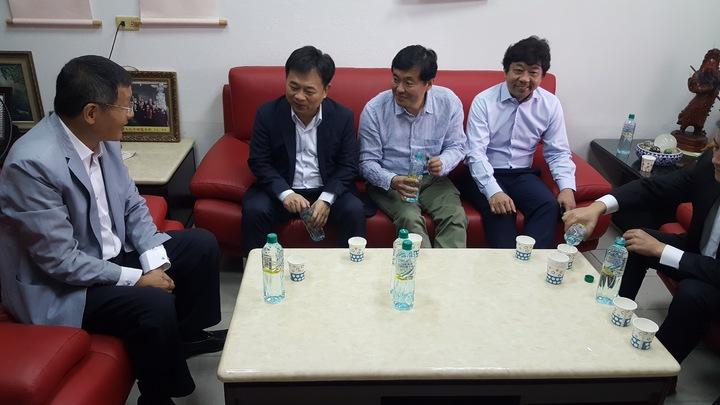 民進黨選對會上午由黨秘書長洪耀福(中)帶領到苗栗徵詢下屆縣長人選,因群眾聚集「抗議」臨時更換地點。記者胡蓬生/攝影