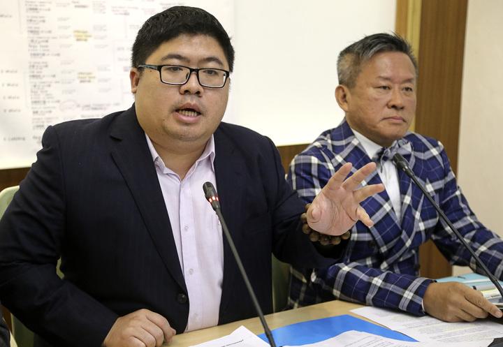 民進黨立委蔡易餘(左)今天陪同兆豐銀行弊案受害者TMT董事長蘇信吉(右)在立法院召開記者會,要求政府嚴正處理。記者黃威彬/攝影