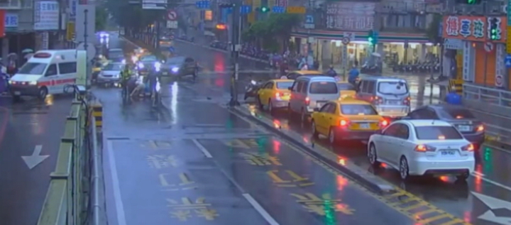 伊朗籍男子DAHID今天清晨6時許在新北市永和區林森路冒雨站在路中央攔車,打傷林姓司機,連趕來處理的警員林子懿也被打傷左臉。記者王長鼎/翻攝