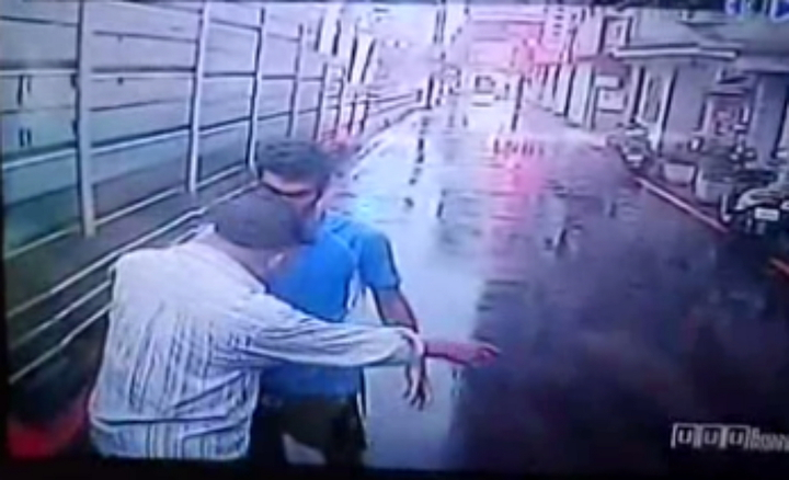 伊朗籍男子DAHID今天清晨6時許在新北市永和區林森路冒雨站在路中央攔車,林姓司機下車請他離開,沒想到講外語的外籍男子以打拳擊的方式歐傷。記者王長鼎/翻攝