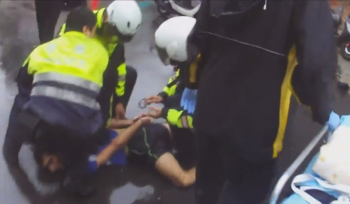 伊朗籍男子DAHID今天清晨6時許在新北市永和區林森路冒雨站在路中央攔車,打傷林姓司機,連趕來處理的警員林子懿也被打傷左臉,最後仍被支援警力及民眾合力制伏。記者王長鼎/翻攝