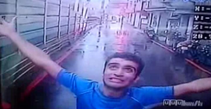 伊朗籍男子DAHID今天清晨6時許在新北市永和區林森路冒雨站在路中央攔車。記者王長鼎/翻攝