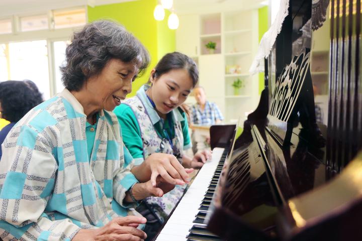 蔡姓婦人女兒擔心她白天獨自在家,因此申請托老中心服務,接受專人良好的照顧。記者王敏旭/攝影