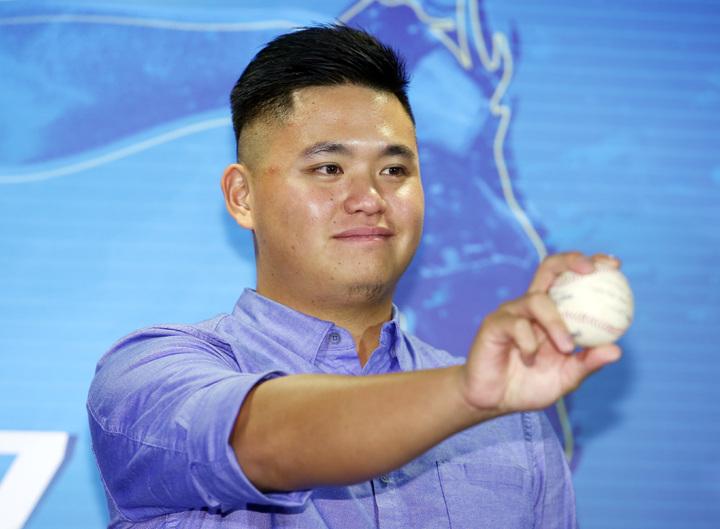 今年球季首次登上美國職棒大聯盟坦帕灣光芒隊的選手胡智為,11日返台後,下午在台北六福皇宮舉辦記者會,分享今年賽季的大聯盟之旅。記者杜建重/攝影