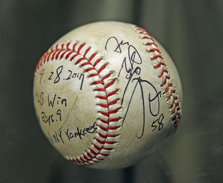 胡智為在9月29日光芒面對洋基的比賽中登板後援,奪下大聯盟首勝的簽名球。記者杜建重/攝影