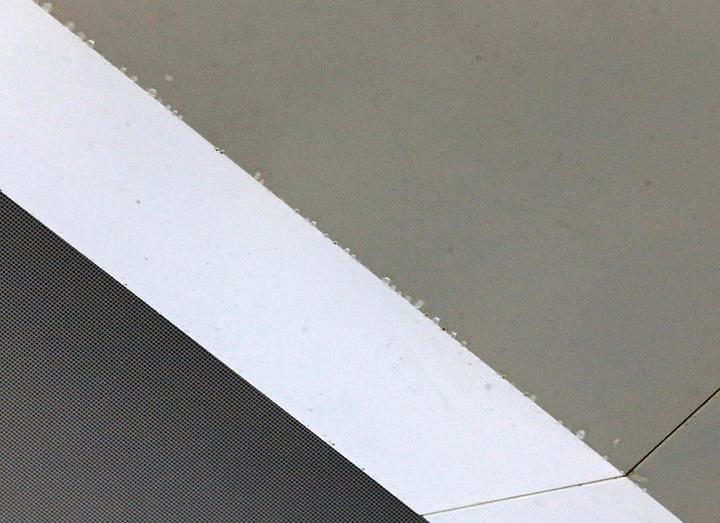 桃機第二航廈才啟用的23號新櫃台旁的天花板下午竟然發生漏水,大量水滴像小雨般滴下。記者鄭超文/攝影