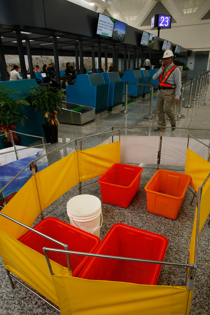 桃機第二航廈才啟用的23號新櫃台旁的天花板下午竟然發生漏水,大量水滴像小雨般滴下,工作人員在下方放了好幾的水桶接水。記者鄭超文/攝影