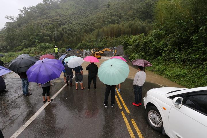 受到颱風外圍環流影響,宜蘭山區降下超大豪雨, 中橫宜蘭支線台7甲線11.4公里處德荃橋路段,因野溪大水造成土石流,造成雙向道路封閉,不少用路人受阻在橋前等待通車。記者許正宏/攝影