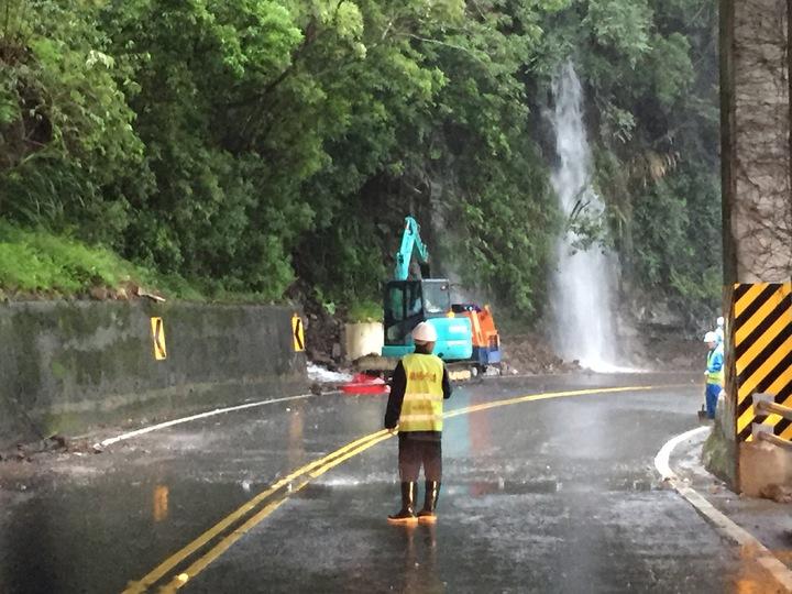 受到颱風外圍環流影響,宜蘭山區降下超大豪雨, 宜蘭台7線沿途山壁不時出現小瀑布。記者許正宏/攝影