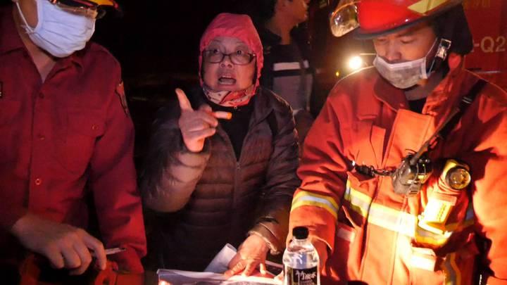 金門傳出山林火警,林務所長葉媚媚(中)第一時間也趕往現場協助救災。記者蔡家蓁/攝影