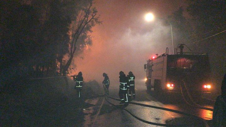 金門金湖鎮新塘、料羅新村一帶今天傍晚傳出山林火警,全金門的消防車幾乎都出動救災。圖/民眾提供