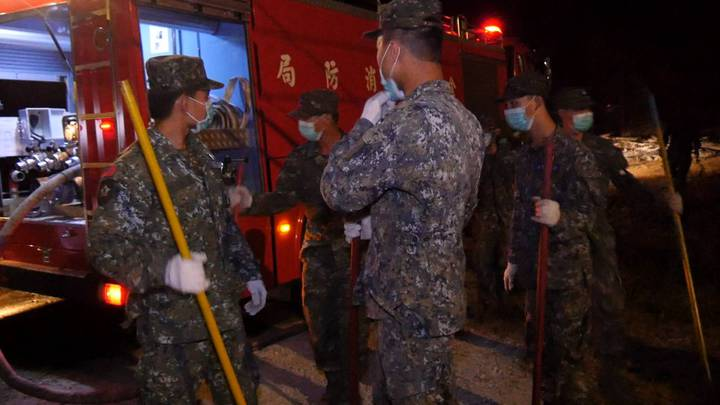 金防部也出動不少官兵到場協助救災。記者蔡家蓁/攝影