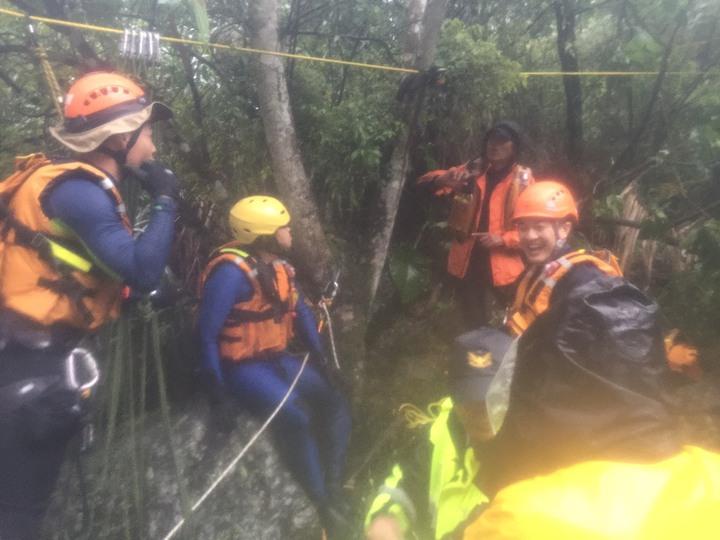 桃園市消防局第四大隊巴陵消防分隊、桃園市大溪警分局榮華、巴陵等派出所員警昨日冒著大雨,協助救出困在沙洲的3名男子,所幸最後均無人員受傷。記者許政榆/翻攝