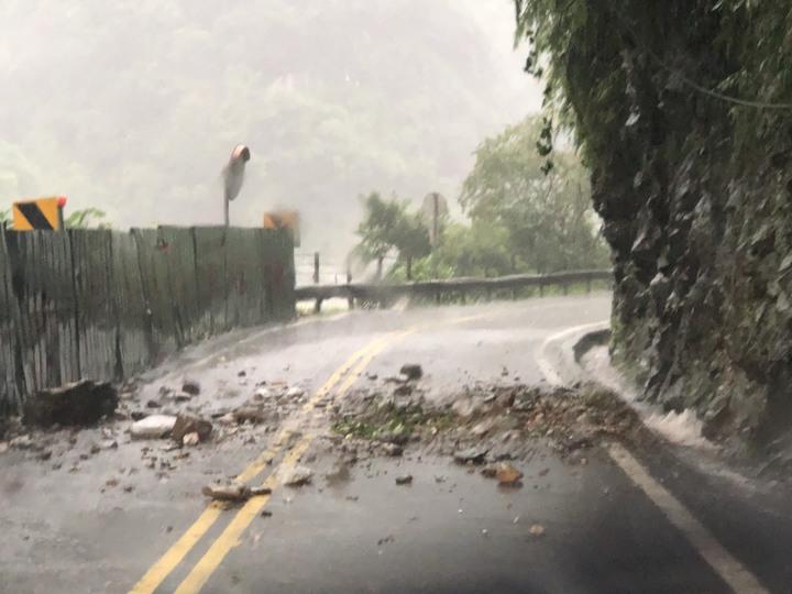 受連日豪大雨影響,山區土石鬆軟,中橫公路落石不斷。圖/公路總局提供