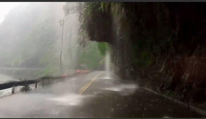 連日降雨劇烈,天祥至閣口間沿途泥流水瀑非常多。圖/公路總局提供