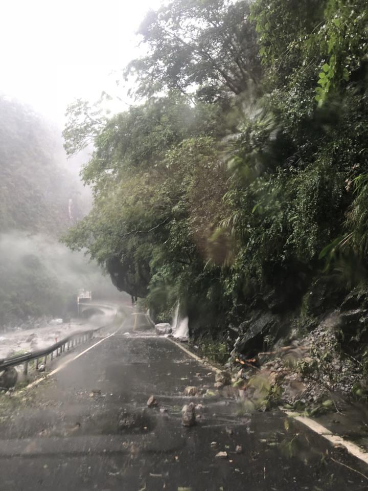台8線中橫公路沿線多處坍方、落石。圖/公路總局提供