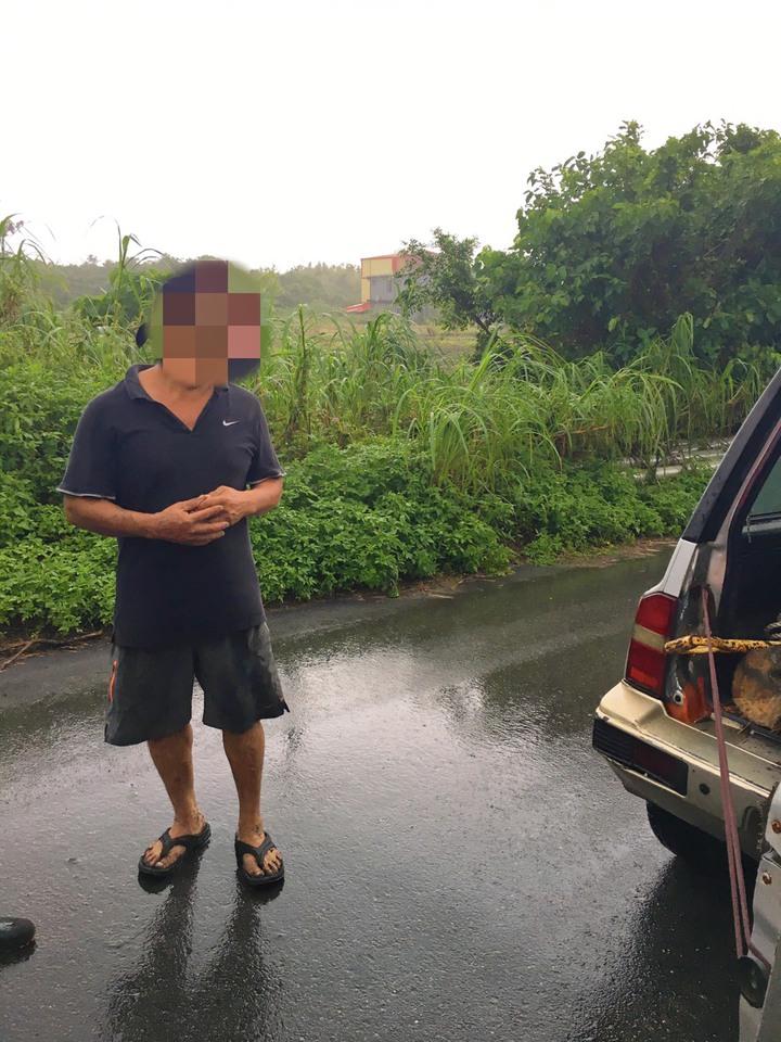 陳姓男子撿拾漂流木遭逮。圖/警方提供