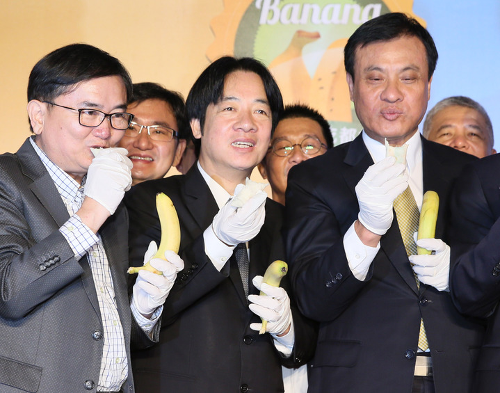 行政院長賴清德(前中)、立法院長蘇嘉全(前右)上午出席「香蕉的101種吃法」香蕉及香蕉產品展售促銷活動。記者陳柏亨/攝影
