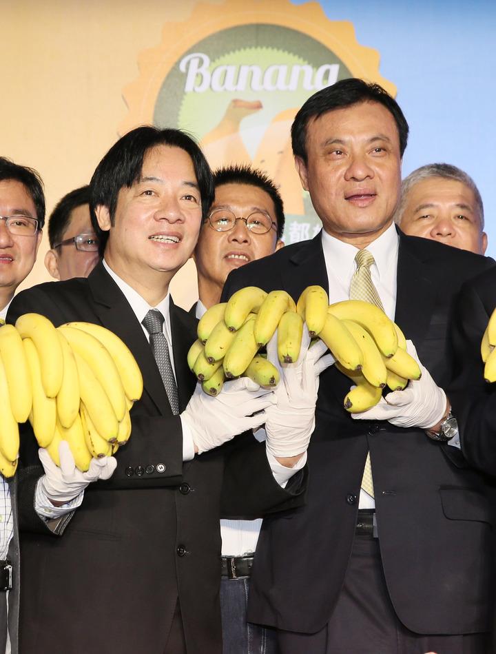 行政院長賴清德(前左)、立法院長蘇嘉全(前右)上午出席「香蕉的101種吃法」香蕉及香蕉產品展售促銷活動。記者陳柏亨/攝影