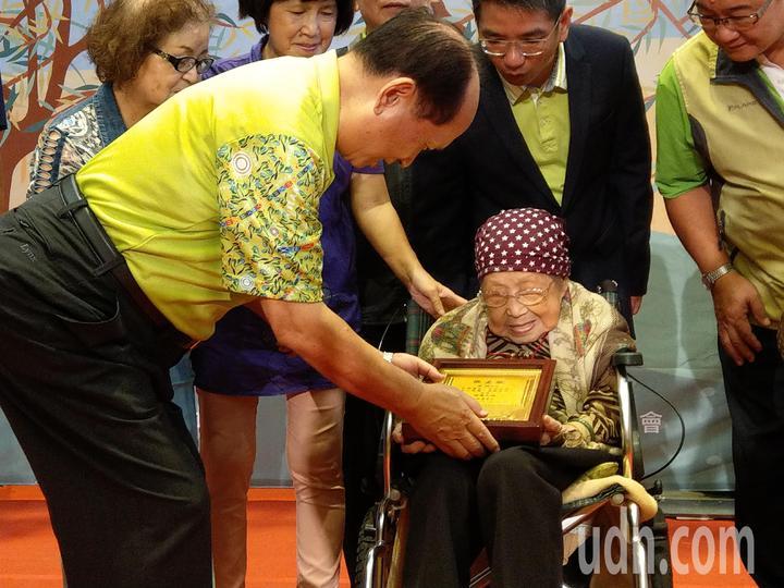 宜蘭代理縣長吳澤成贈送敬老狀給廖鵝女士,祝她重陽節快樂。記者戴永華/攝影