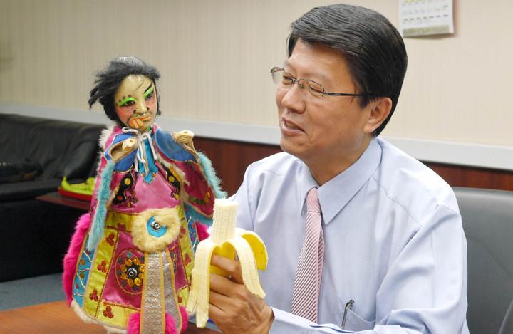 台南市議員謝龍介今再度與秘雕合體,認為行政院長賴清德處理香蕉滯銷問題沒有對症下藥。記者鄭維真/攝影