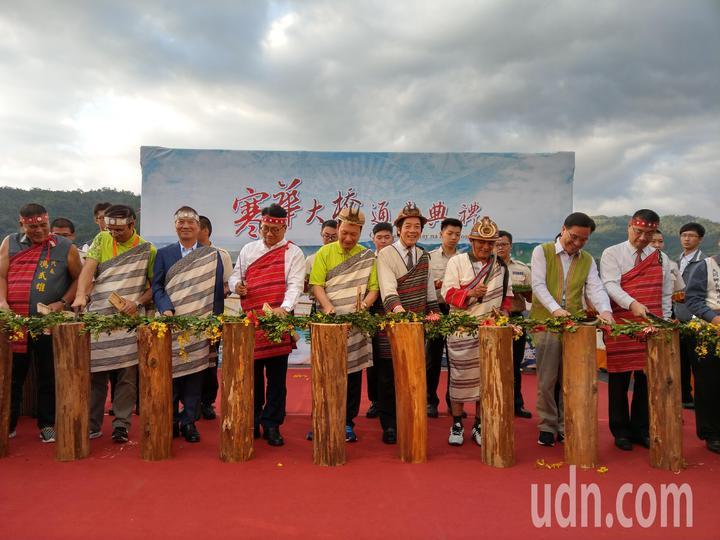 以「斬藤」取代傳統的剪綵,宜蘭縣大同鄉寒華大橋啟用。    記者戴永華/攝影
