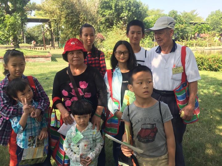 88歲侯玉祥(後排右一)、妻子葉照桂(後排左二),與認養的兒童合照。記者吳政修/攝影