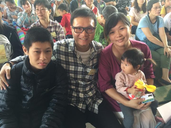 林智偉(中)之前被認養,現在也認養1名國中生(左)。記者吳政修/攝影