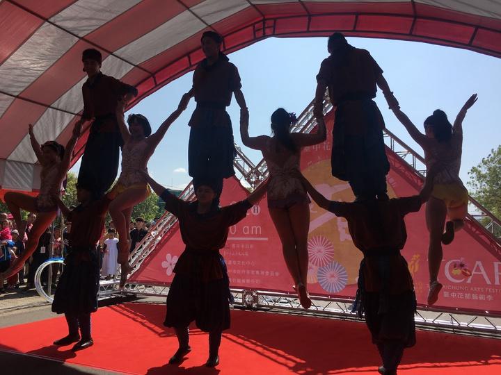 舞蹈團在小小場地表演疊人牆,博得滿堂彩。記者陳秋雲/攝影