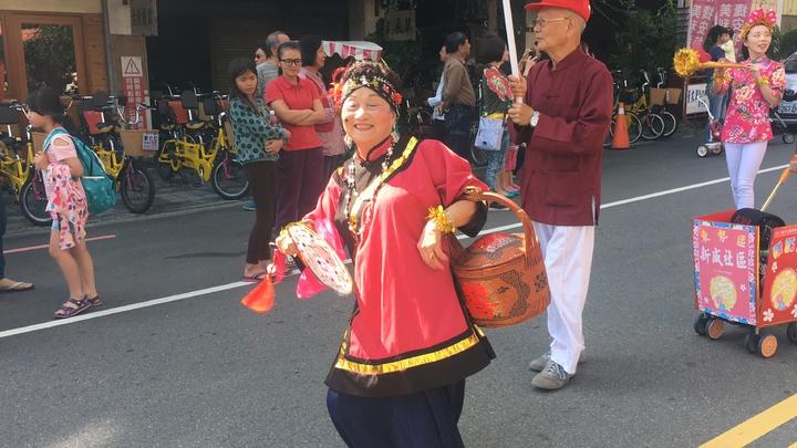 踩街中客家傳統迎親,媒人婆很吸睛。記者陳秋雲/攝影