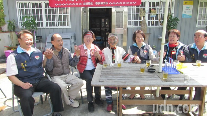 泰雅族紋面國寶簡玉英(左四)是百歲人瑞,她今天吟唱古調迎接慰訪的來賓。記者范榮達/攝影