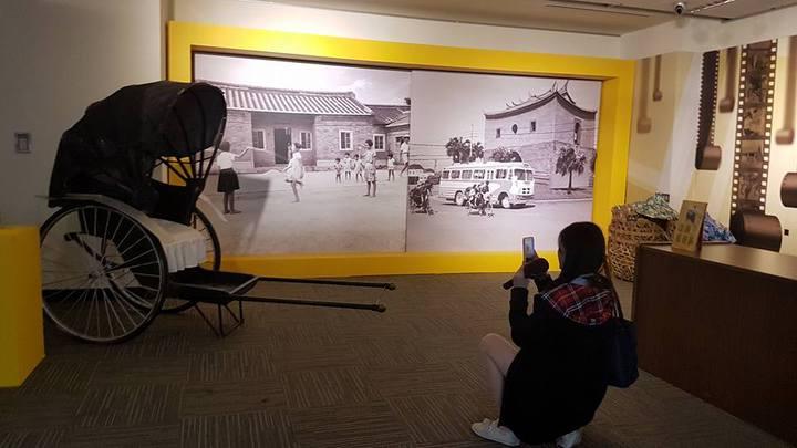 特展中展出早期傳統人力車,吸引民眾駐足拍照。記者吳佩旻/攝影