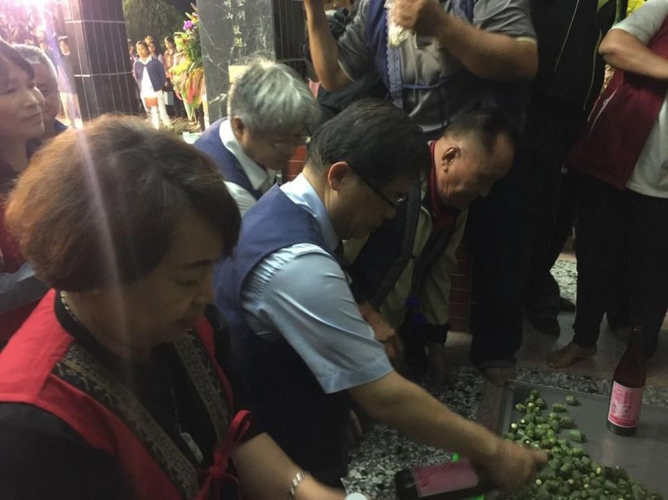 代理市長李孟諺(左二)向阿立母致意。記者吳政修/攝影