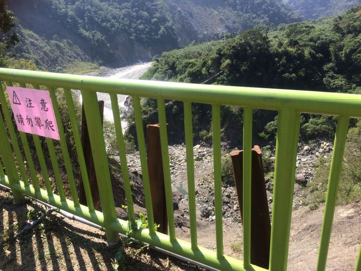 崩塌過後,校方在操場邊境設置欄杆,防止學童掉落邊坡。圖/高市教育局提供
