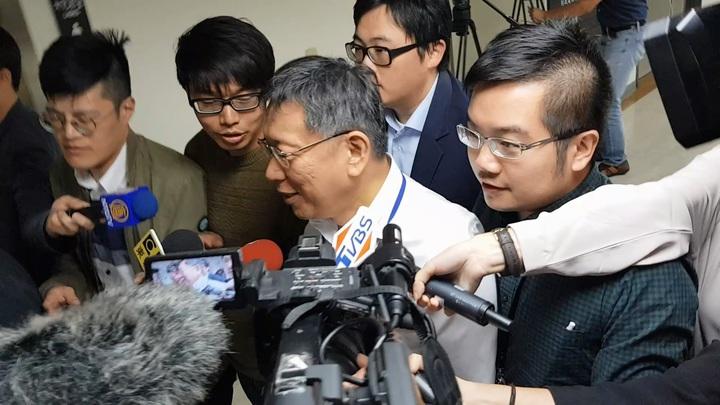 台北市長柯文哲被陳菊批「沒有展現高度」;柯文哲在下午市政總質詢被媒體追問此事,柯回答「我172公分,怎麼會沒有高度?」記者翁浩然/攝影