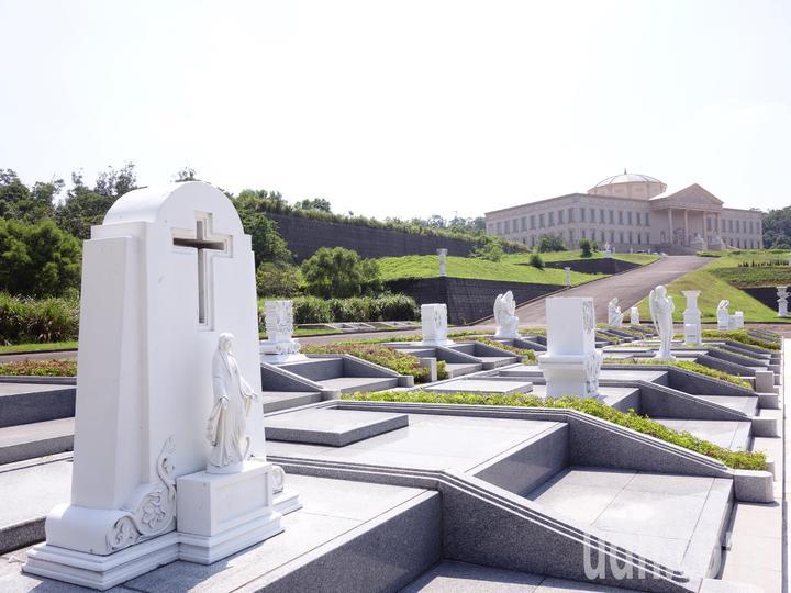 園內採巴洛克式建築,陳列一座座雕塑品,民眾前來就像逛藝術園。記者郭政芬/攝影