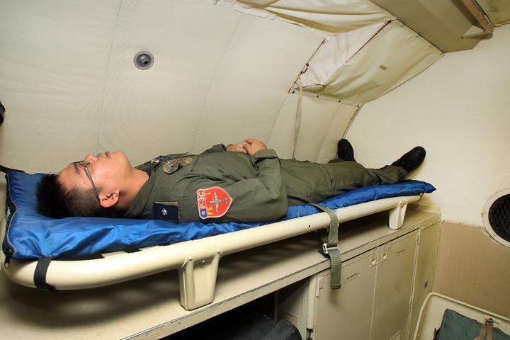 P-3C反潛機是目前國軍滯空時間最長的機種,空軍規劃長時間夜航任務,偵巡任務只要超過6小時,一架P-3C會擠上包括前、後艙組員高達18個人,但機上只有兩張專屬於飛行員用的小床。空軍提供