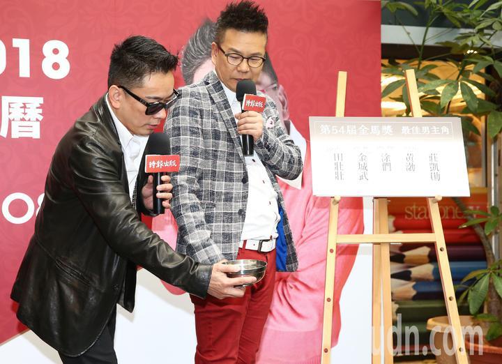 詹惟中(左)今天出席新書簽書會,好友沈玉琳(右)也站台。兩人也在場透過擲骰子、抽牌,預測今年金馬獎的男女主角。記者程宜華/攝影