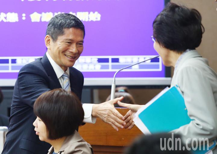 客家委員會主委李永得(左)上午在立法院內政委員會針對日前發言引起的風波道歉,他說正如行政院長賴清德所講,應該還有更好的表達方式,會檢討改進。記者王騰毅/攝影