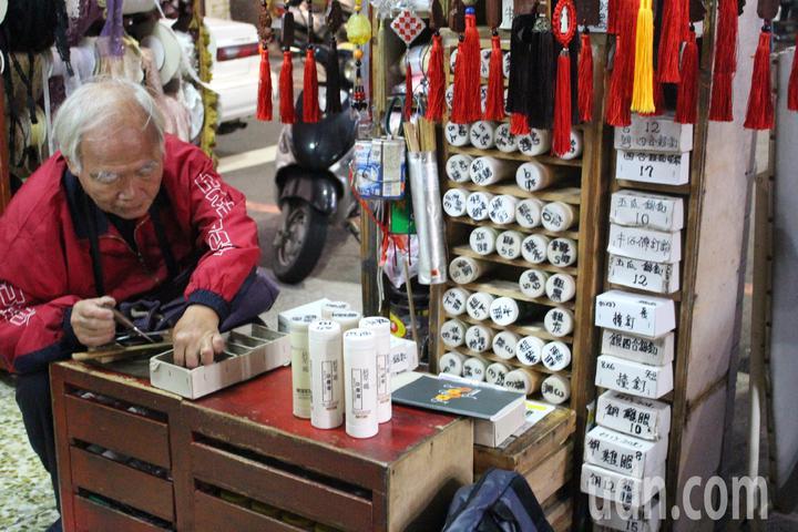 新竹市換拉鍊的阿伯李安邦,不管是行李箱、外套、褲子、衣服、包包等拉鍊、鈕扣壞掉或想新增,都難不倒他,他只要短短幾秒鐘就能換好修好,在當地廣為人知。記者張雅婷/攝影